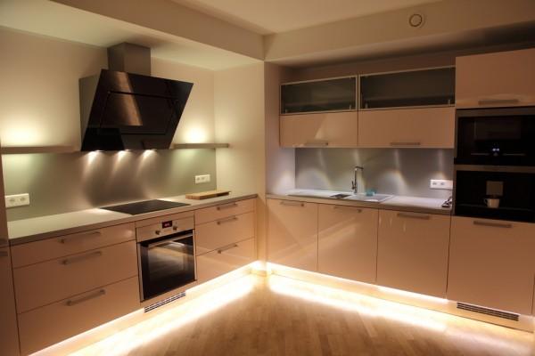 LED világítástól lebeg a konyhai szekrénysor - Díszléc és LED ...