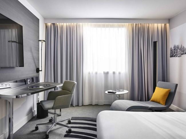 32f6b1f7a7cb A páriszi Novotel Hotel vendégszobájában is élvezhetjük a karnisvilágítást.  A letisztult krémes-szürkés térben