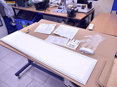A kibontott led paneles doboz tartalma