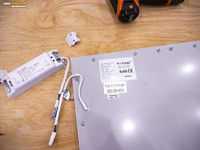 A LED panelek hátoldalán technikai információk láthatóak