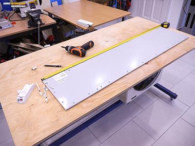 A LED panel csavarjainak távolság mérése