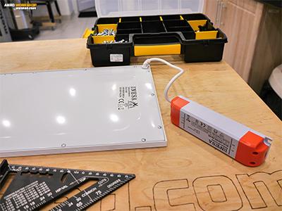 A LED panel hátoldala és a tápegység