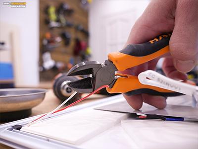 A kisfeszültségű táp vezeték elvágása oldalcsípő fogóval