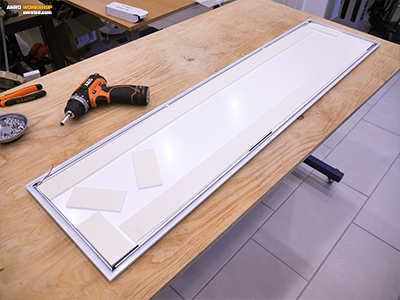 A LED panel hátlapja alatt szivacs távtartók