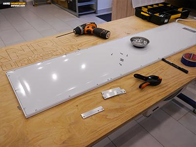 A hátfalat rögzítő csavarok itt 3 mm méretűek ellenben a VTAC LED panellel, ahol 4 mm csavarok voltak.