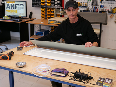 A LED panel hátlapjának leszerelése és a szivacs távtartók.