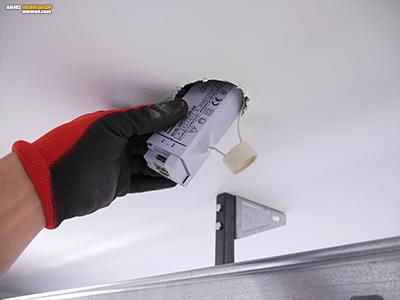 A LED panel tápegységét a szpot lámpa furatán keresztül is beépíthetjük, ha befér.