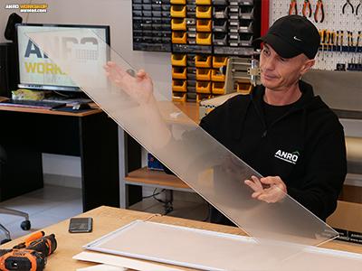 A fény elosztásáért felelős, savmart plexi lap a LED panel szendvicsszerkezetében.