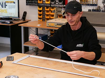 A LED panel távtartójának helyére építjük be az RGB LED szalagot
