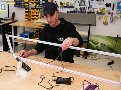 A LED panelbe szerelt RGB LED szalag működés közben, RGB teszt.