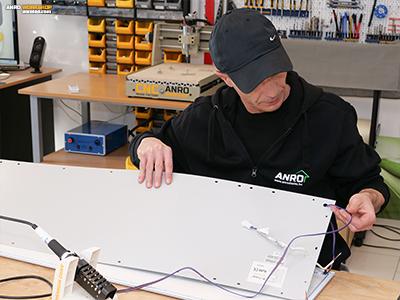 Az RGB LED szalag vezetékének fúrjunk egy lyukat a LED panel hátlapján