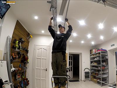 A LED panelt tartó alumínium függönysín mennyezetre szerelése.