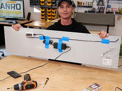 A LED panel hátlapjára szereljük fel az RGB vezérlőt és a 12Voltos tápegységet.