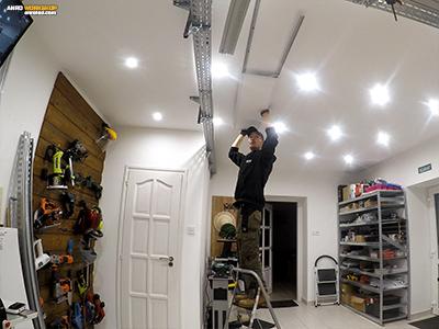 A LED panel második karnis sínjének felszerelése, a LED panellel együtt, a párhuzamosság miatt.