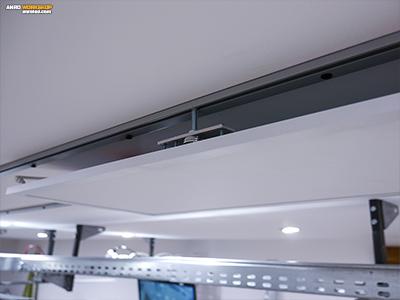 Egy közeli kép a felszerelt LED panel mozgató szerkezetről.