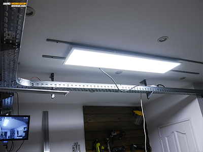 A mozgatható, sínes LED panel működés, világítás közben.