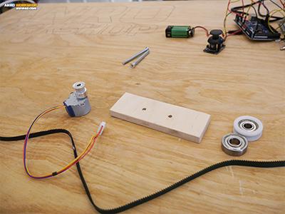 A LED panelt mozgató léptetőmotor felszerelése a fa lécre.