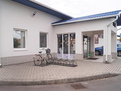 Bejárat és kerékpártároló
