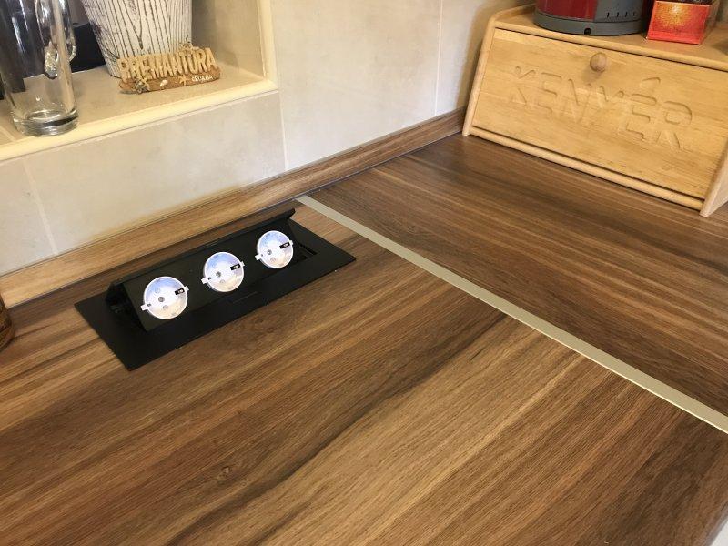 Modern konyha pultba süllyesztett szögletes elosztóval, fekete GTV 3-as rejtett konnektor
