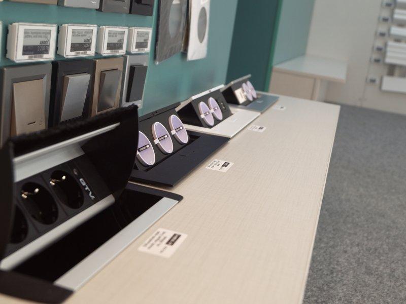 Íróasztalba-munkapultba beépíthető rejtett konnektorok több színben (szürke, fehér, fekete)