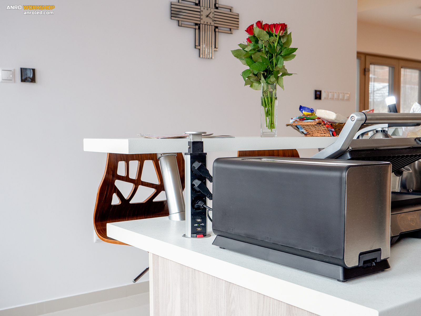Annak ellenőre, hogy bőven ráterveztünk, a konyhaszigetbe csak be kellett építeni egy rejtett elosztót, mert nem lett elég a konnektor.
