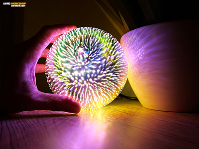 Bámulatos, ahogy különböző felületeken tükröződik a lámpa fénye.