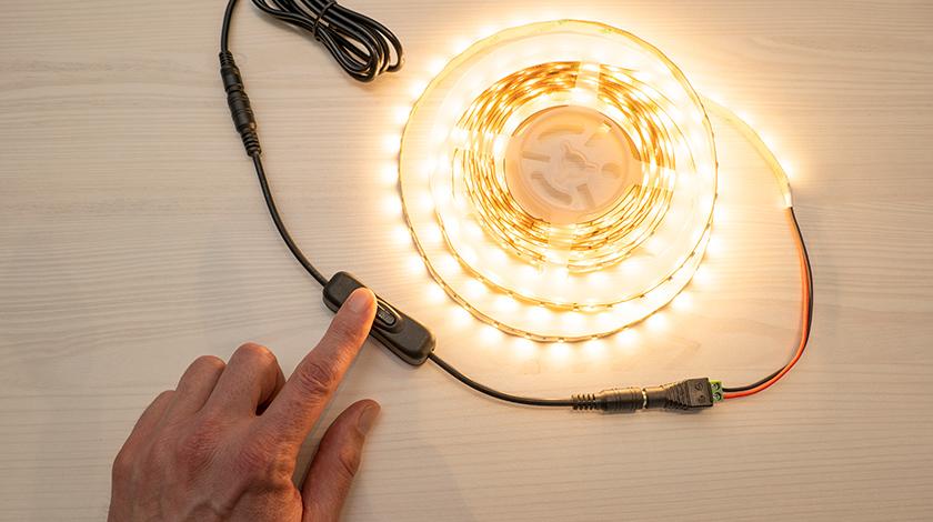 LED szalag szerelés: egyszerű zsinórkapcsoló a LED szalag kapcsolásához