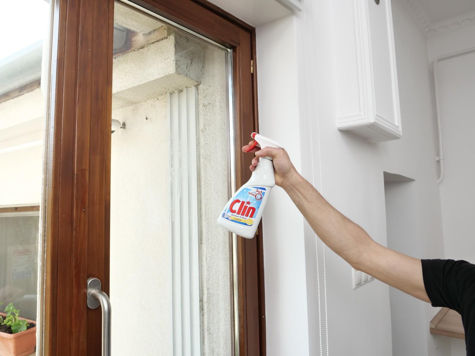 A fólia felragasztása előtt tökéletesen tisztítsuk meg az ablakot mindenféle szennyeződéstől.