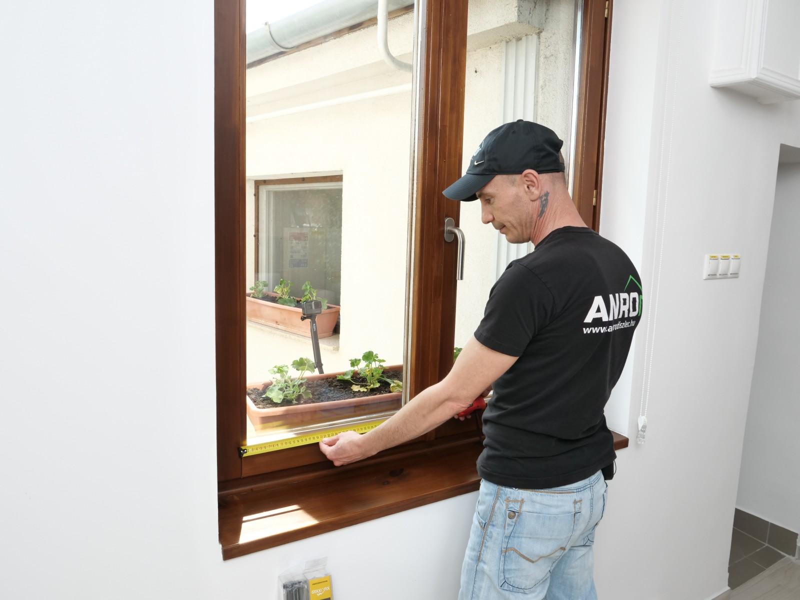 Vegyük fel az ablaktábla méreteit. Ettől kicsit nagyobbra fogjuk vágni a fóliát, hogy könnyebb legyen felrakni.