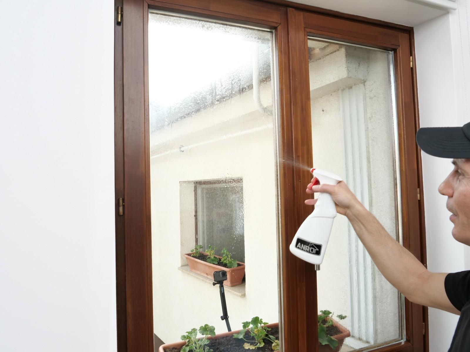 A felragasztás megkezdése előtt jó alaposan vizezzük be az ablaküveget.