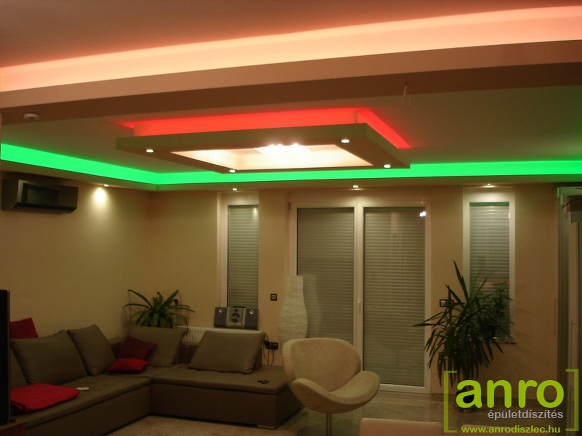 DRGB LED szalag egy családi ház nappalijának mennyezetén.