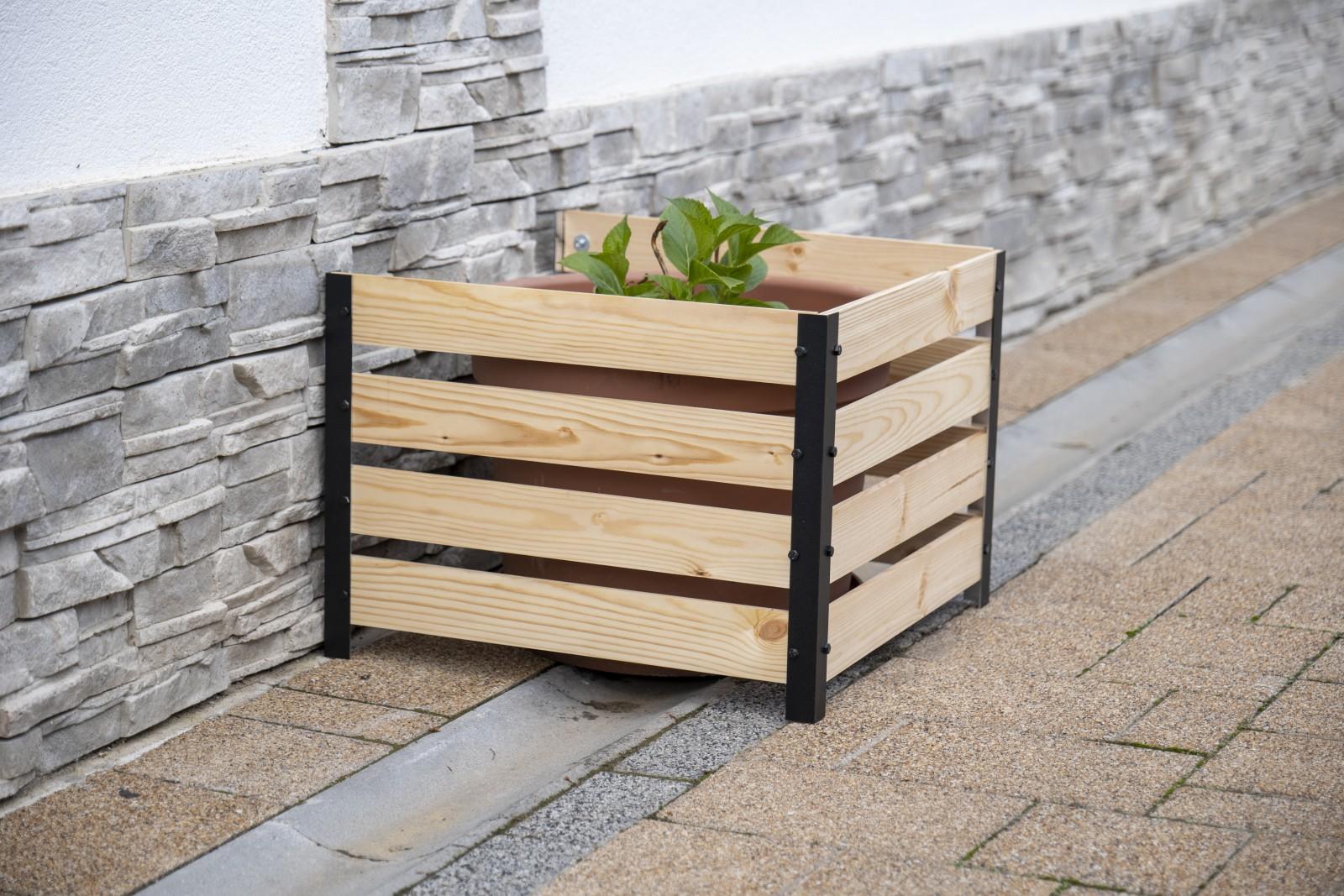 A takaróburkolat végleges formájában jól passzol a térburkolathoz és a soroskővel díszített kerítéshez is.