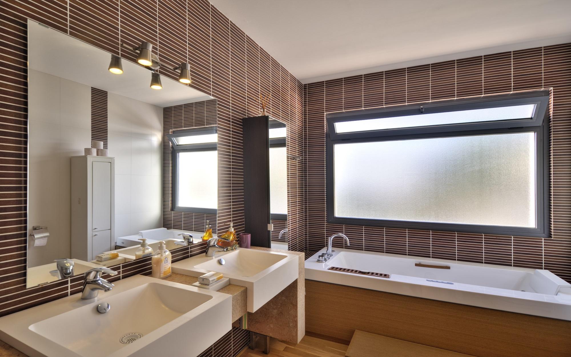 Egy fürdőszoba ablakán jó, ha nem látnak be :) Itt tehát kiváló megoldás az átlátszó üvegeken a belátásgátló fólia alkalmazása!