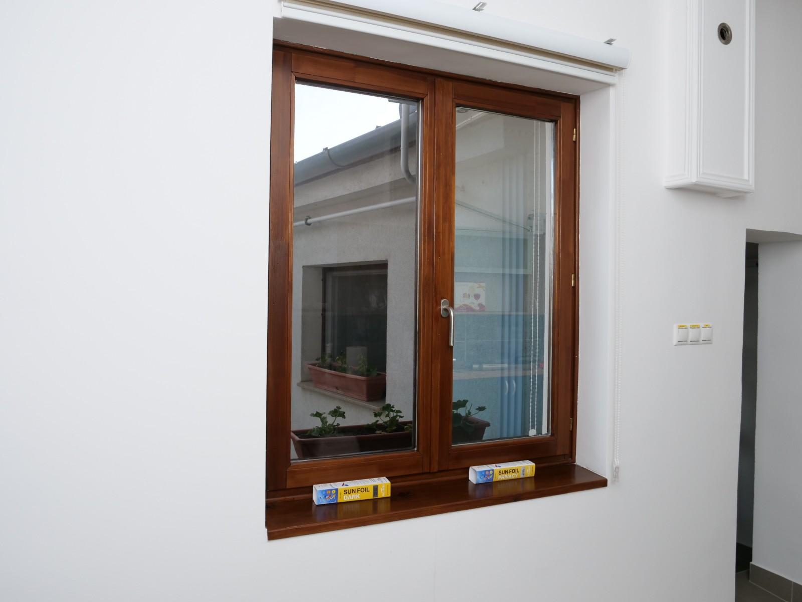 Az ablak belső oldalára ragasztott fólia segítségével csökkenthető a beérkező napfény ereje!