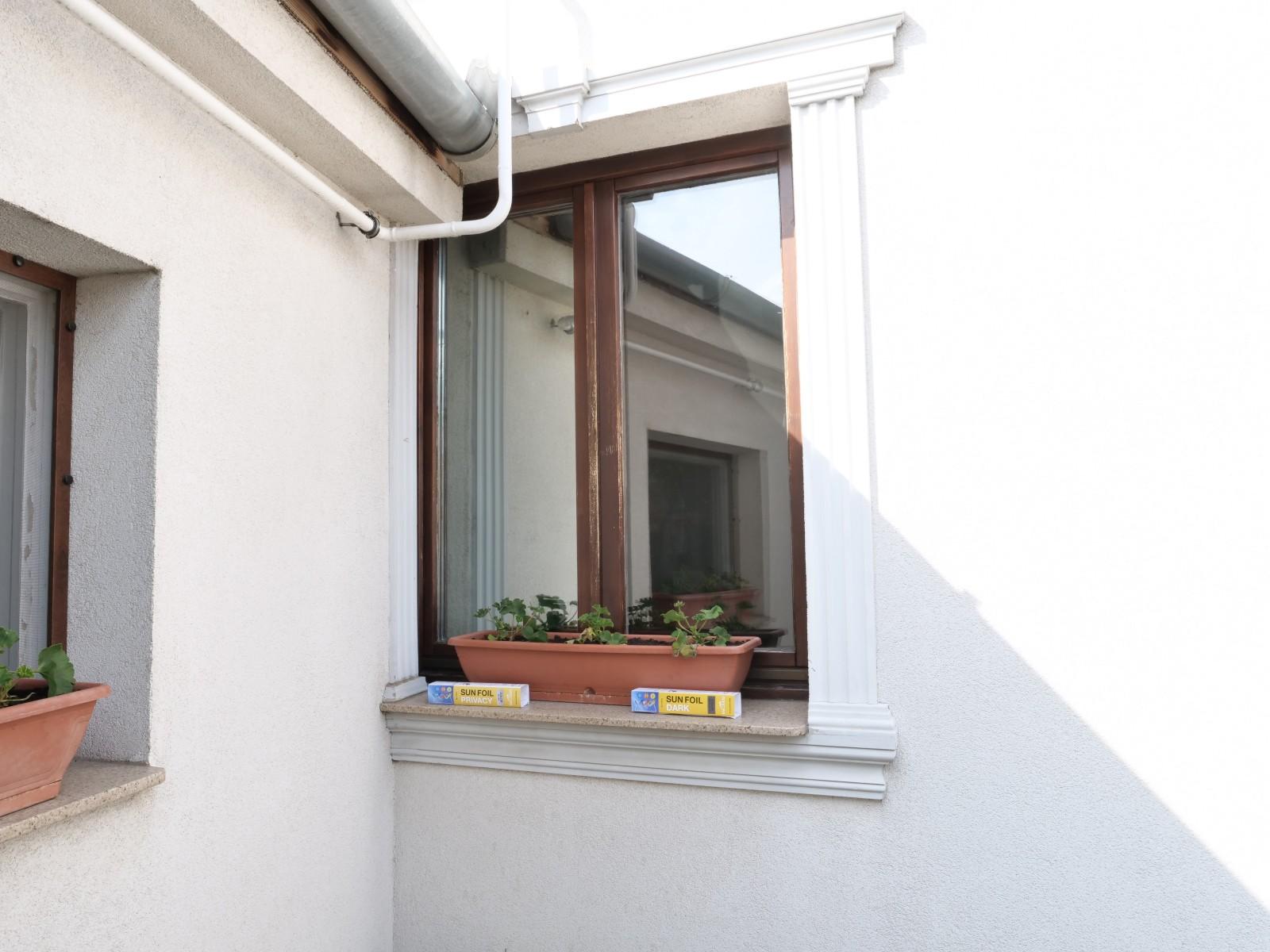 A napellenző ablakfólia jól felfogja a napsugarakat, és nappali világosságnál a bal oldali tükrös változat a belátást is korlátozza!