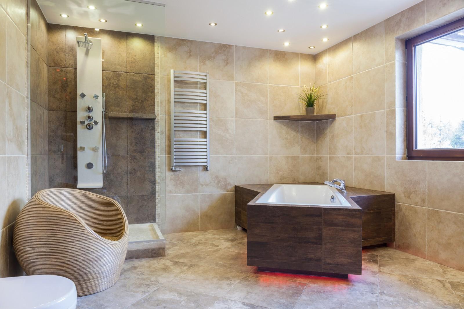 Fürdőszobai spotvilágítás esetén IP44 vízvédettségű lámpatesteket használnak.