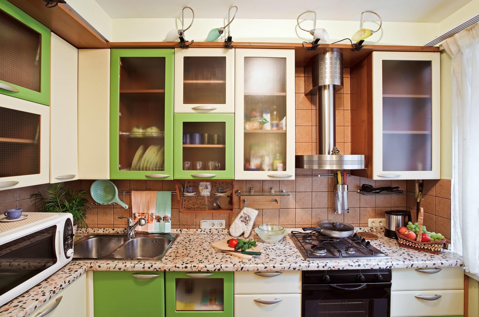 A konyhaszekrény üveges ajtója nagyon egyszerűen lefóliázható utólag is, így a vendégek számára nem látható hol milyen pohár, tányér, egyéb konyhai eszköz található.