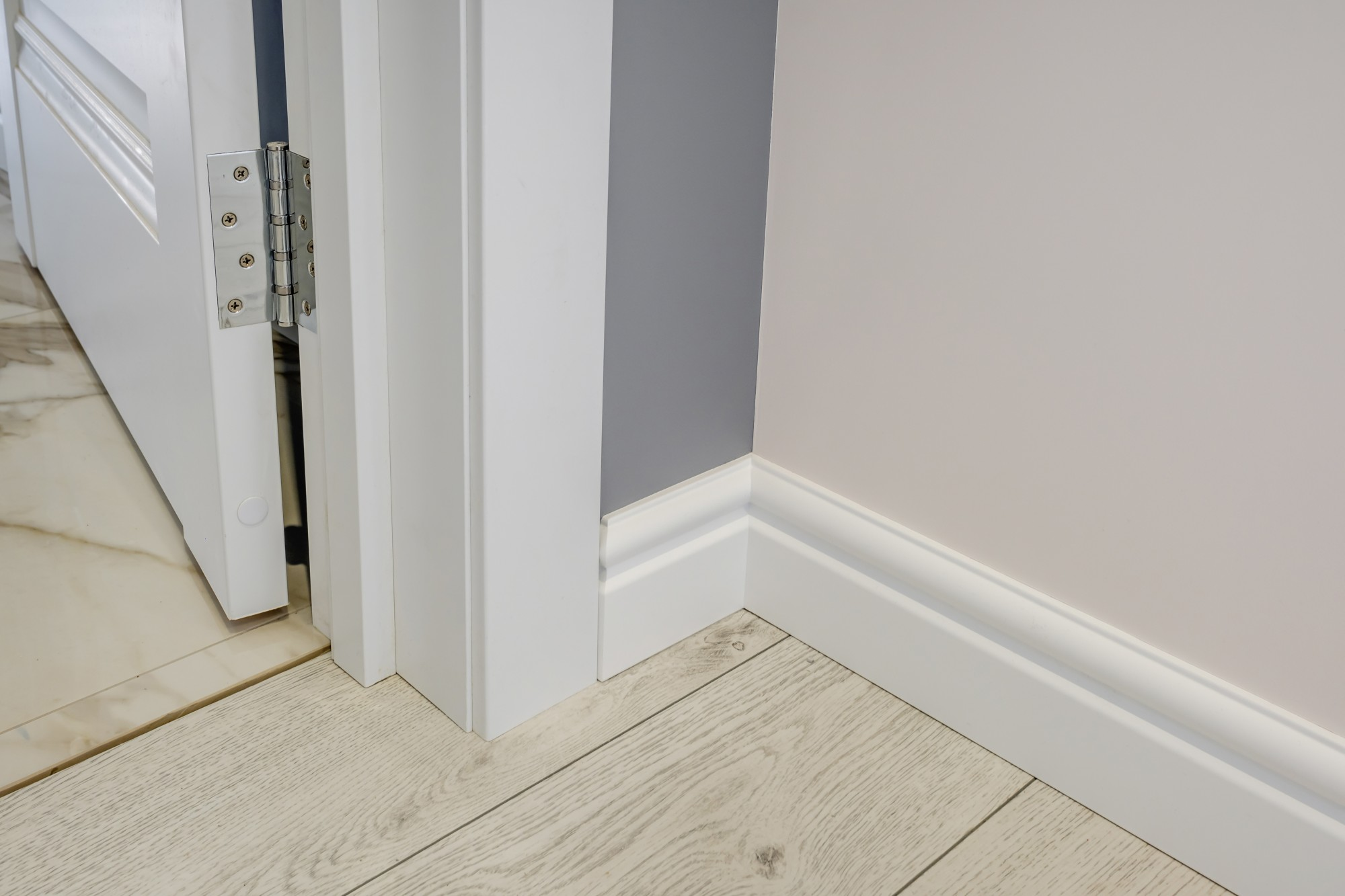 A sarokban való illesztés a lábazati szegélyléceknél is szükséges, ezért hasznos, ha ismerjük az elkészítés módját.