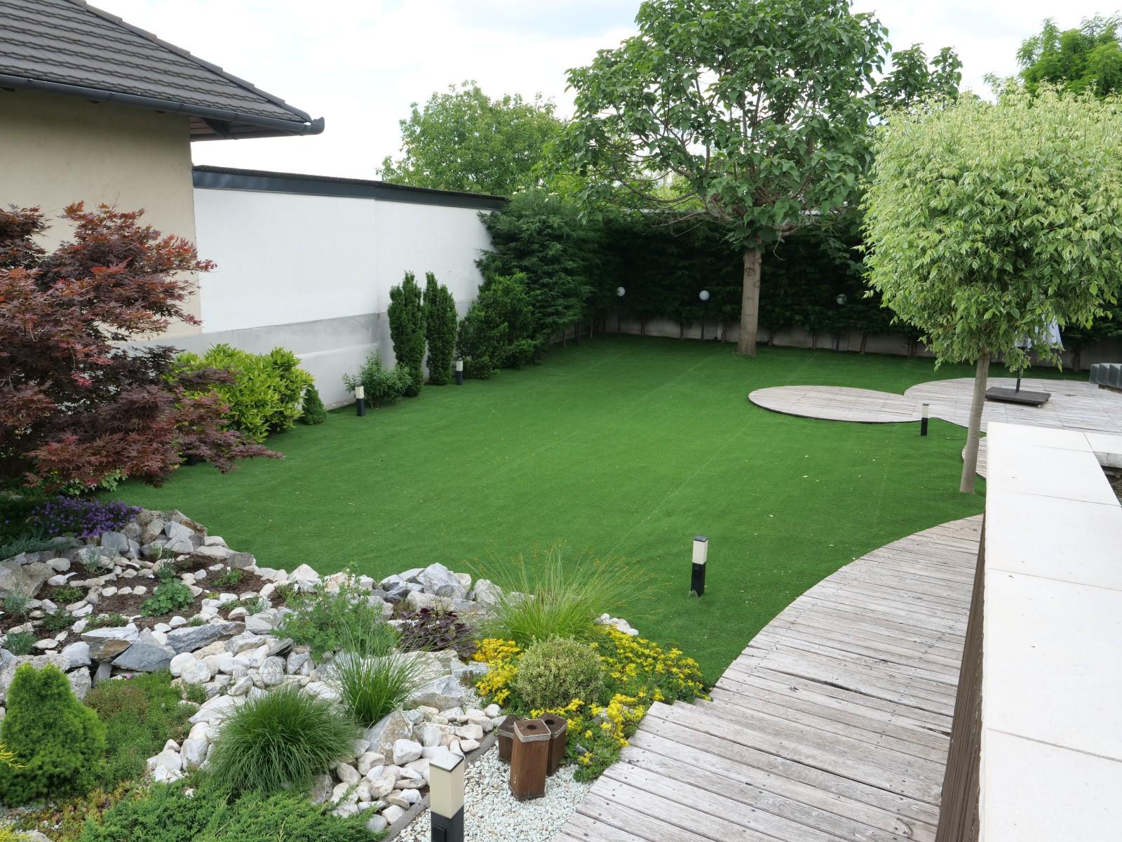 A műfű lerakása után 3 nap alatt megszépült a kert, így ismét lehet vendégeket fogadni, grillezni, sportolni, pihenni!