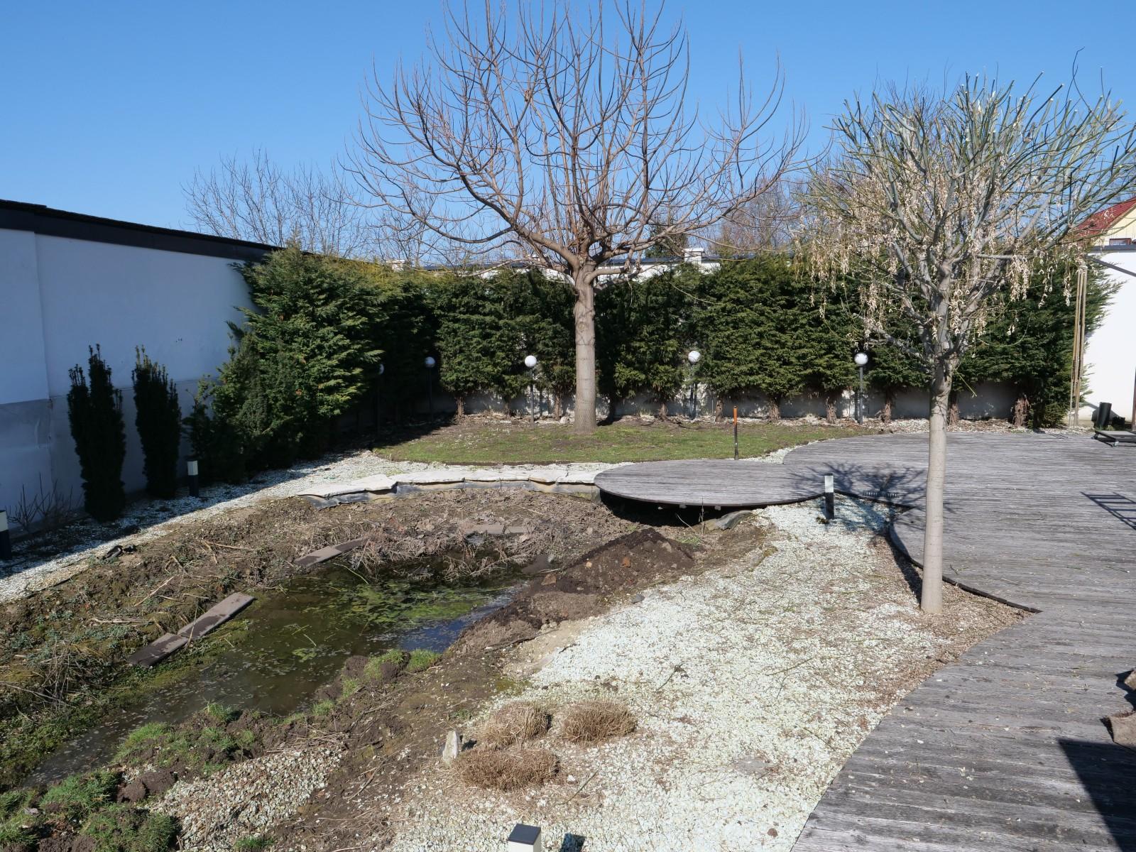A felszámolt kerti tó után maradt gödör feltöltéséhez homokot használtunk.