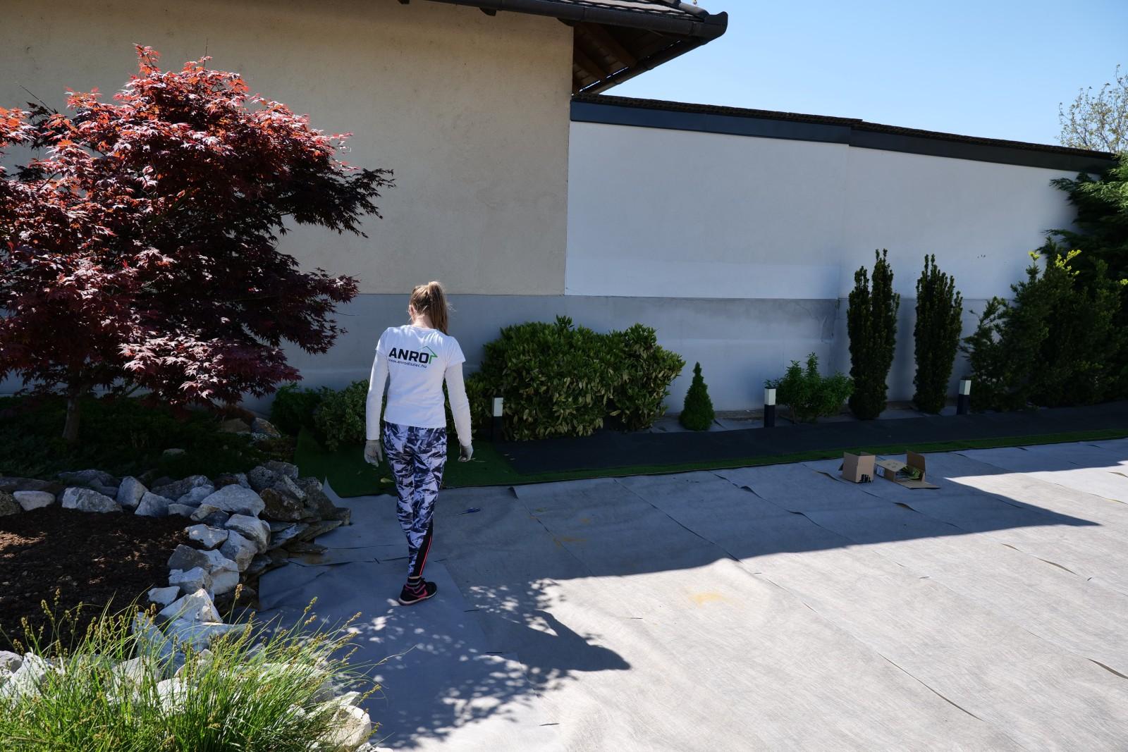 A geotextil kiterítésével végeztünk, hamarosan jöhet rá a műfű szőnyeg.