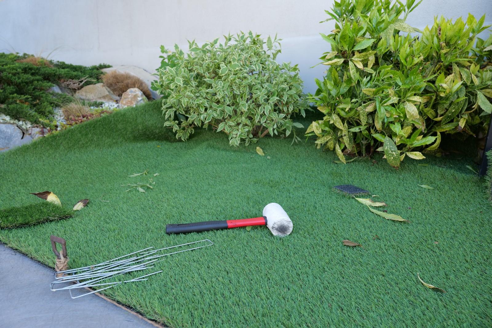 Gumi kalapácsra és fém leszúró kapocsra is szükség lesz, hogy a műfüvet a talajhoz rögzítsük.