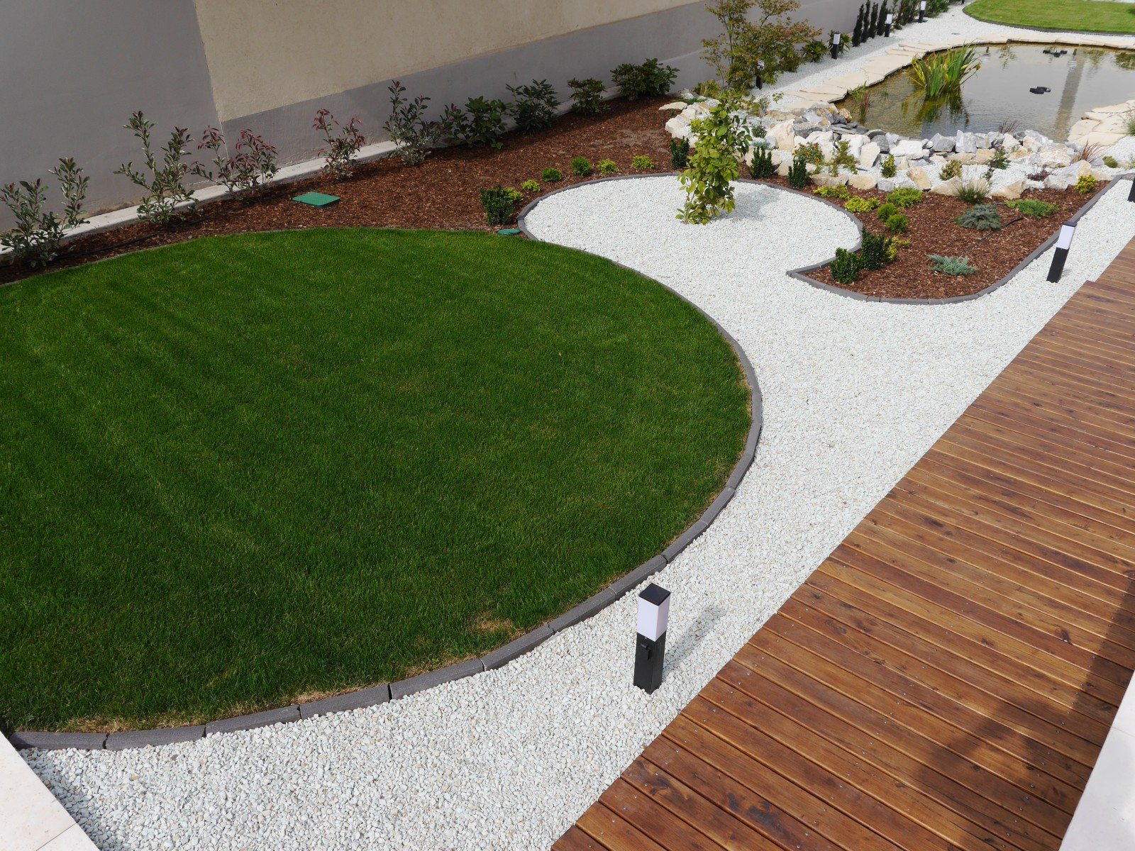 Az élő fű csodás látványával díszíti a kertet, emellett tisztítja a levegőt és élőhelyet biztosít az állatoknak!