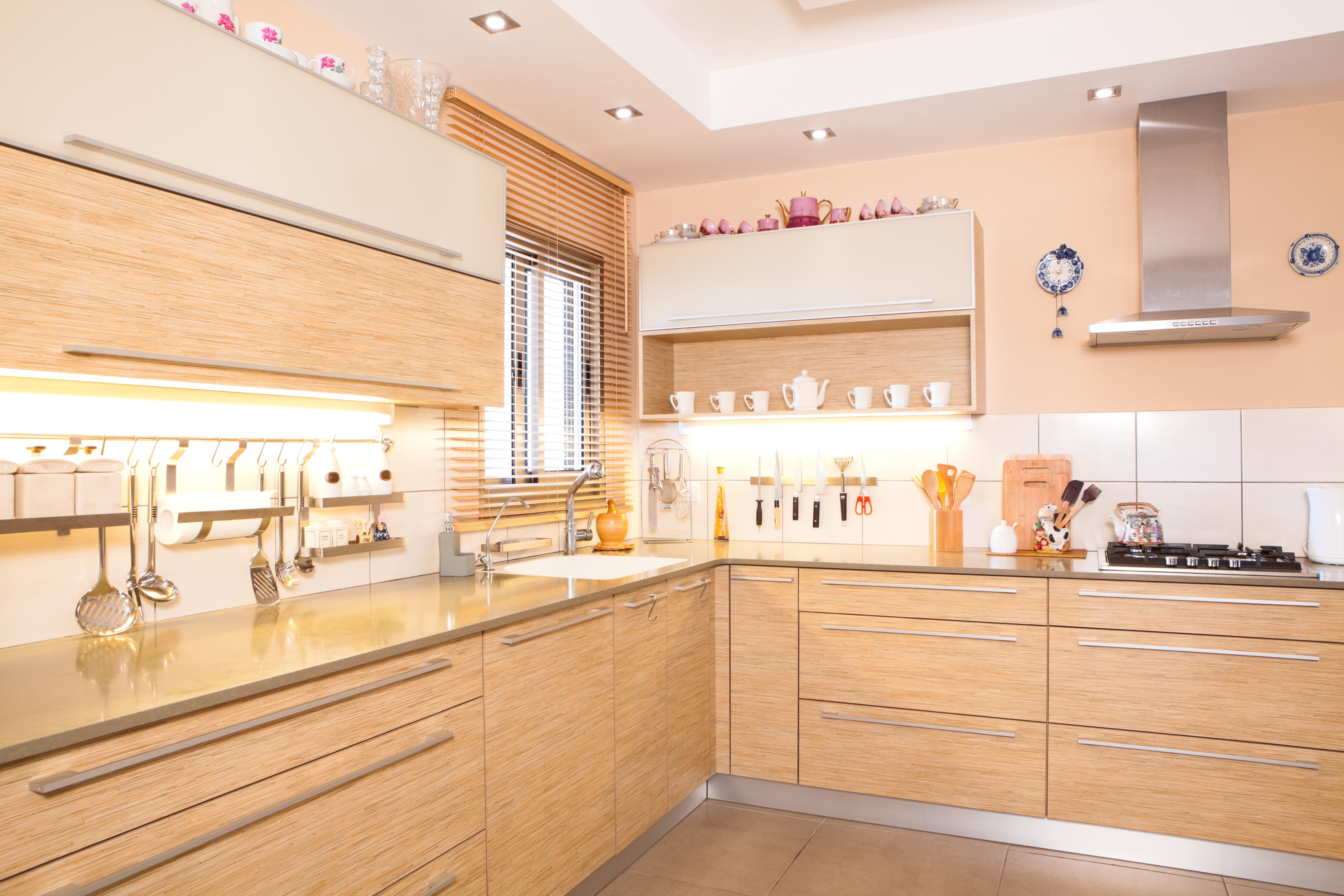Négyzet alakú spotlámpák konyhában felszerelve