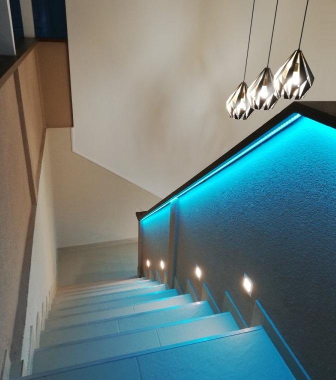 Lépcső korlát világítás színváltós RGB LED szalaggal