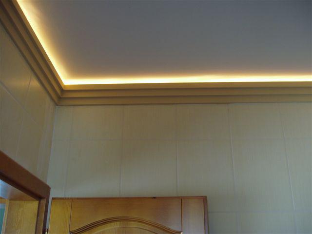 Mennyezeti ledszalagos rejtett világítás díszléc+melegfehér LED csík