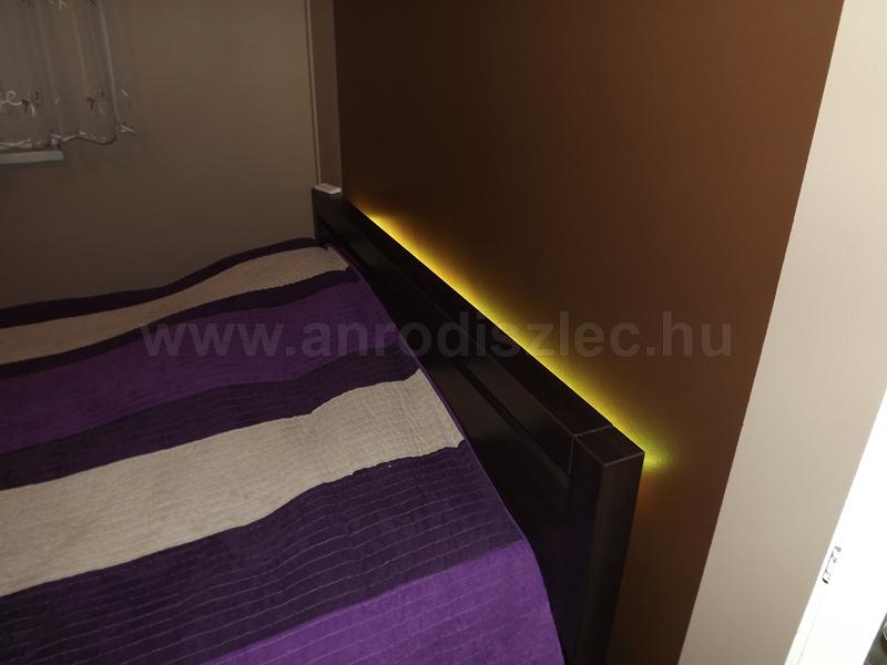 Melegfehér fényű LED csík egy egyszemélyes ágy hátoldalán