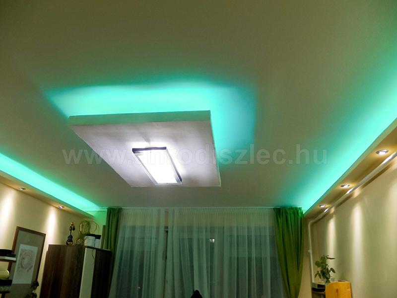 Türkiz színben világít a mennyezeten végigfuttatott színváltós LED csík