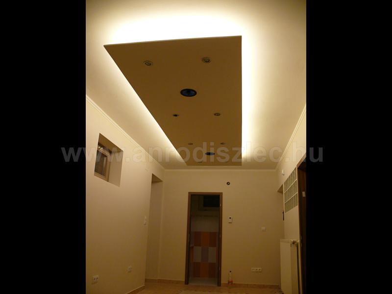 Melegfehér fényű LED hangulatvilágítás nappaliba