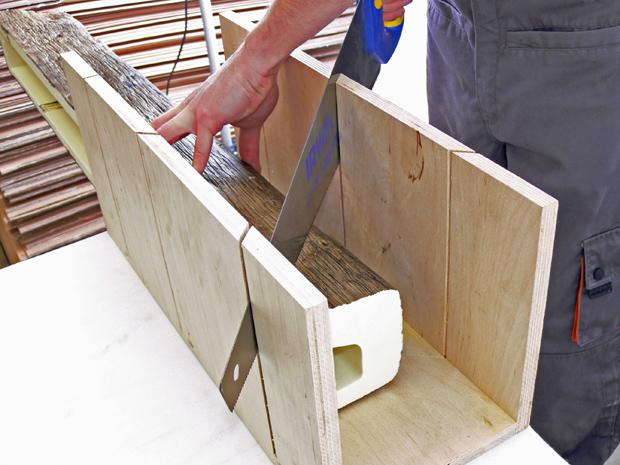A kemény anyagú poliuretán álgerenda vágásához fából készült gérládát használtunk.